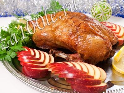 Запеченная утка, фаршированная квашеной капустой и яблоком